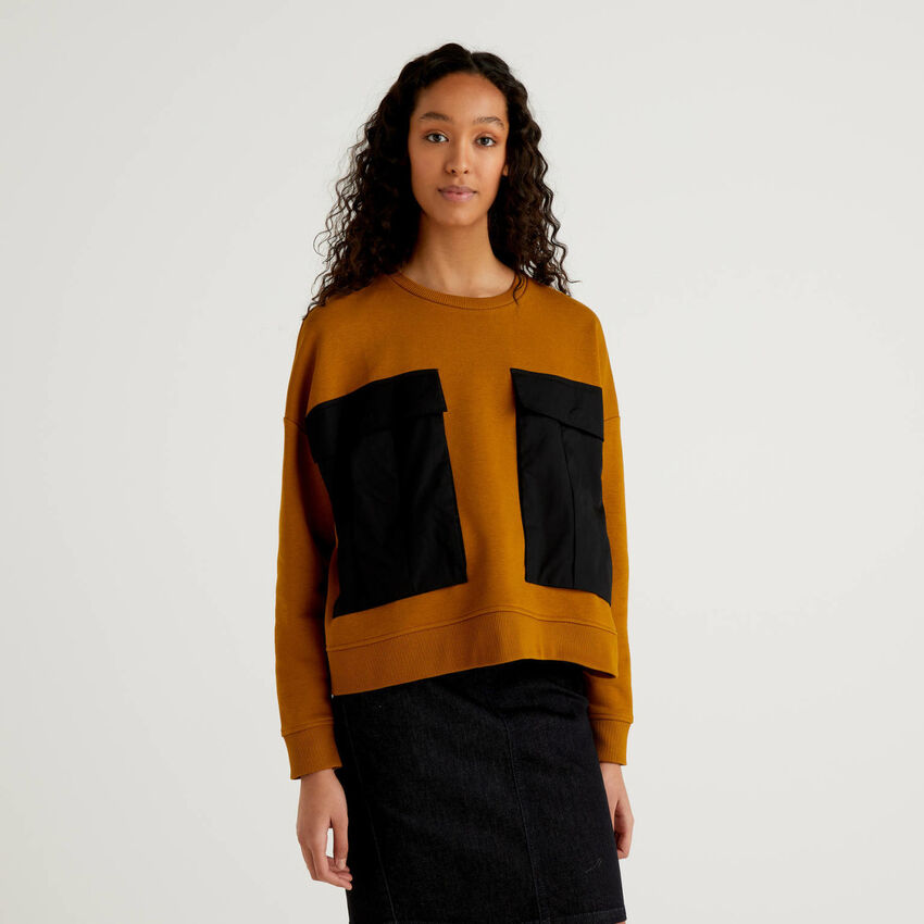 Sweatshirt with maxi clashing pockets
