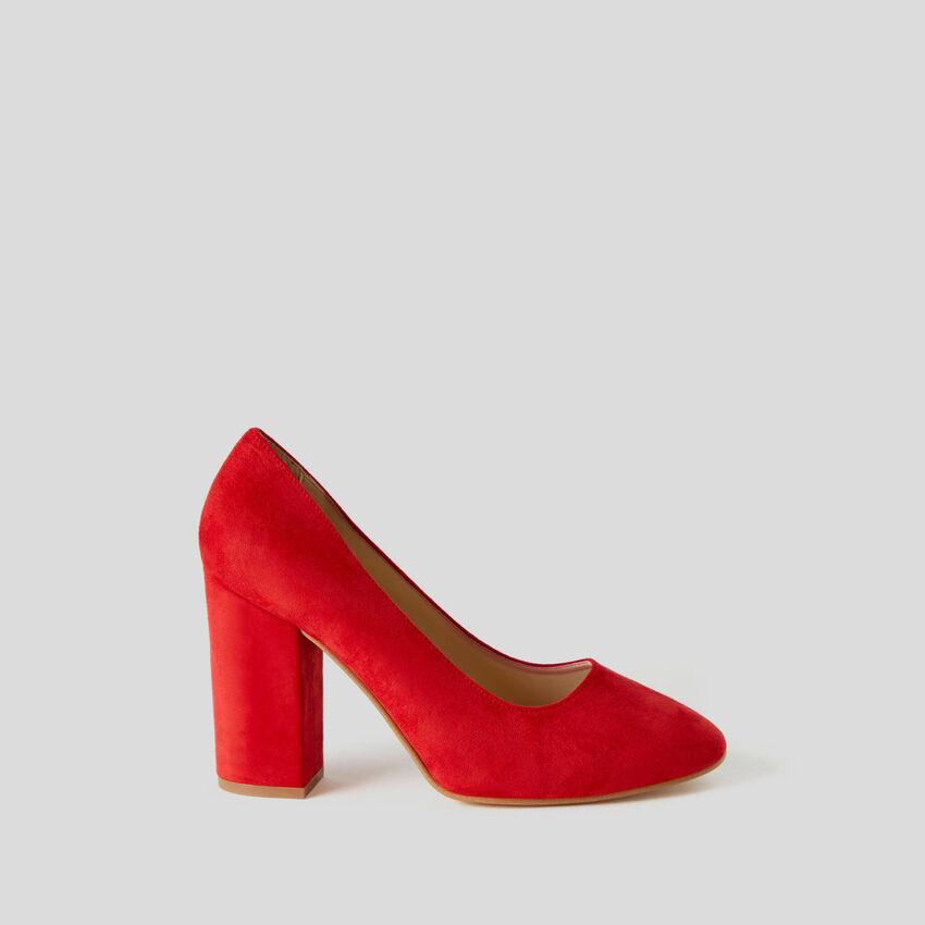 Pump with wide heel