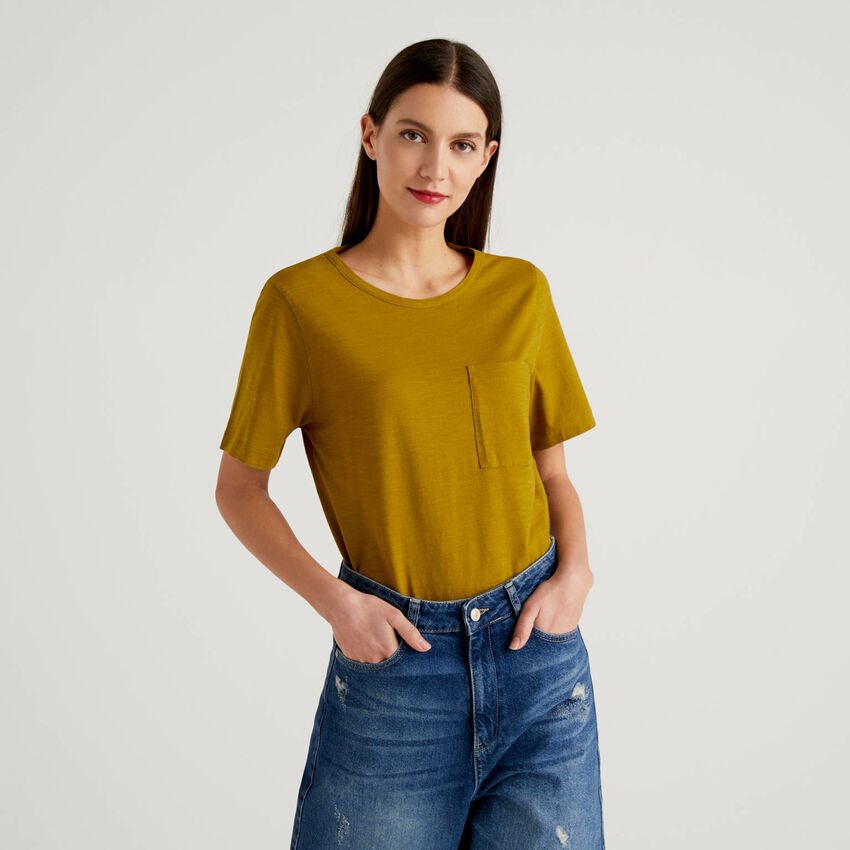 Solid color t-shirt with pocket