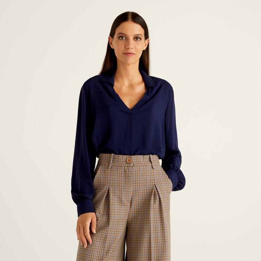 Flowy shirt with V-neck