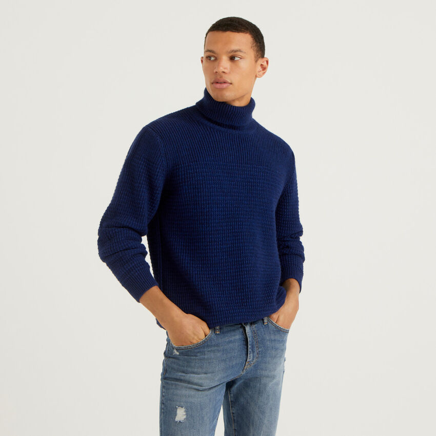 Turtleneck sweater with stitching feature