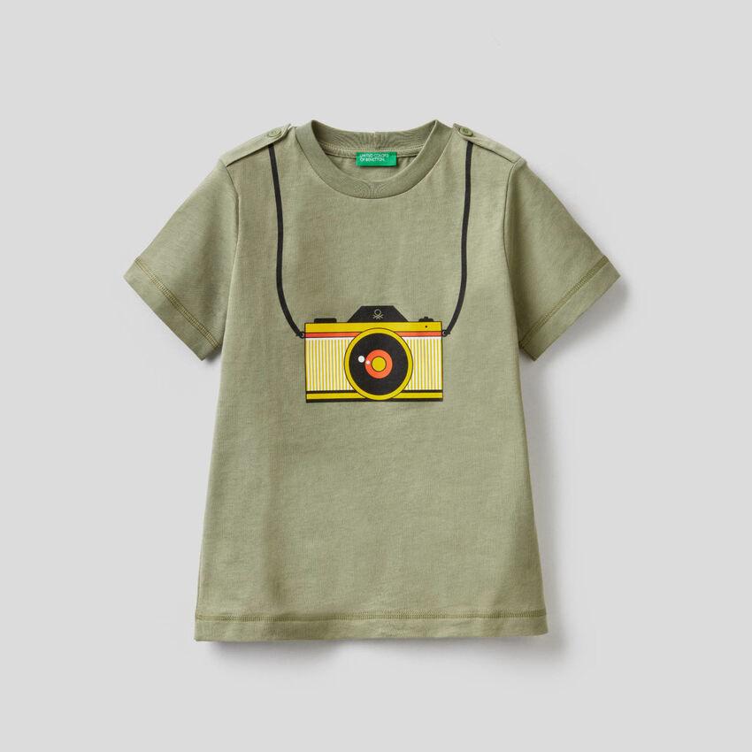 Green camera print t-shirt