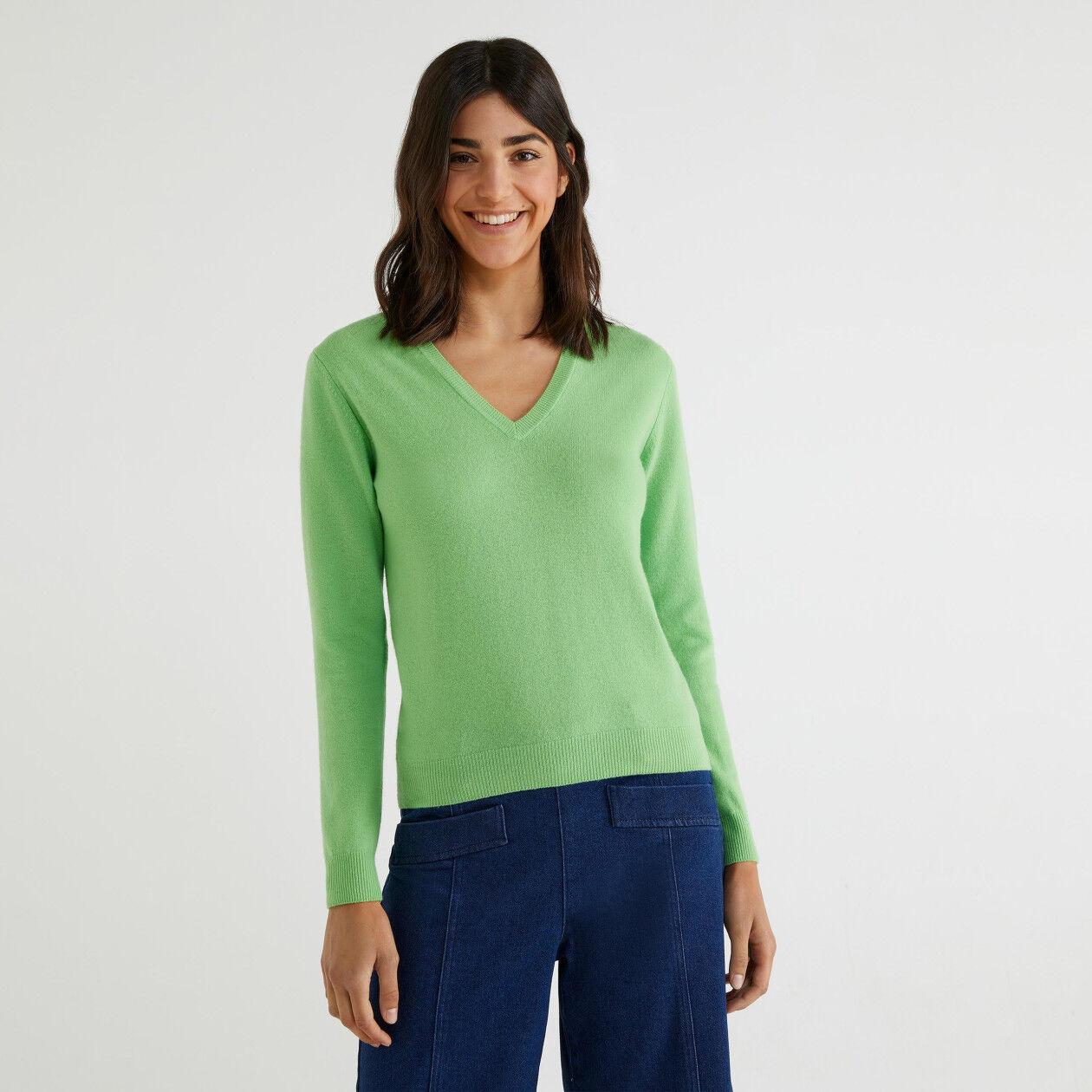 V-neck sweater in 100% virgin wool